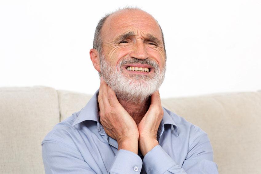 Mann mit Halsschmerzen (Fotolia, Adam Gregor)