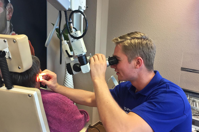 Otoskopie in der HNO-Praxis Dr. med. Woltersdorf . Cand. med. Max Lange
